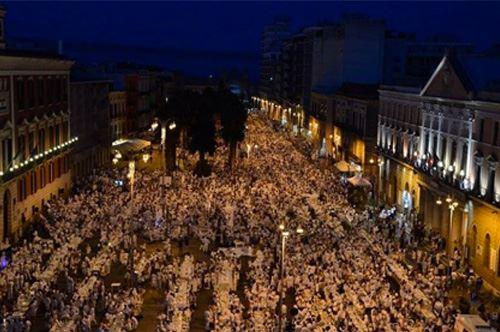 Cena in Bianco. A Bari 8.000 persone invadono Corso Vittorio Emanuele.
