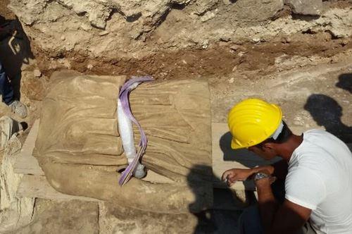 Statua della Dea Minerva in pietra leccese. Nuovi ritrovamenti a Castro