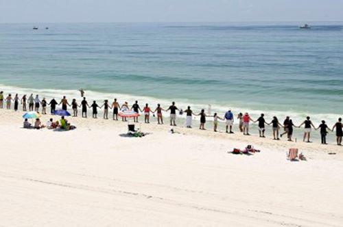 Salento. Catena umana lunga 10 Km per dire no alle trivelle in mare.