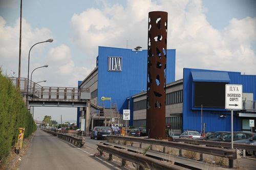 Un miliardo per l'Ilva, braccio di ferro Renzi-Emiliano su Taranto