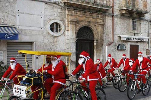 Ma dove vai, Babbo Natale in bicicletta? A Ostuni