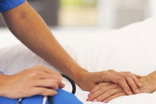 Droga una paziente per sottrarle preziosi, in manette infermiere 40enne a Lecce