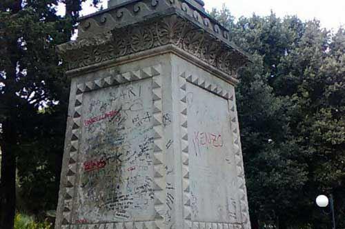 Imbratta la statua di Garibaldi, writer 16enne denunciato a Lecce