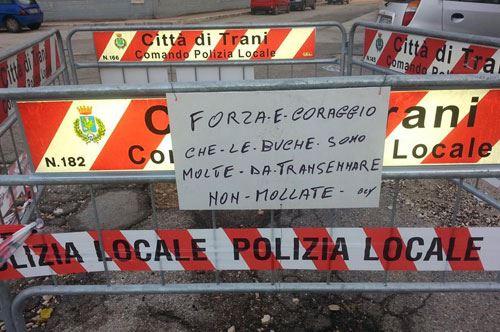 Trani, c'è chi dice no…alle buche: ironia in via Romania