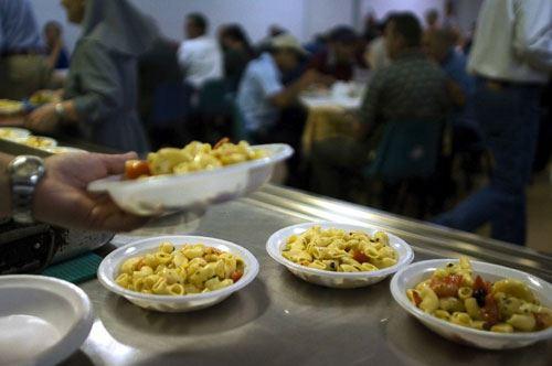 Lecce, il pasto della solidarietà porta a tavola 70 senza fissa dimora