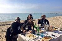 Febbraio caldo, pranzo in riva al mare per i Negramaro