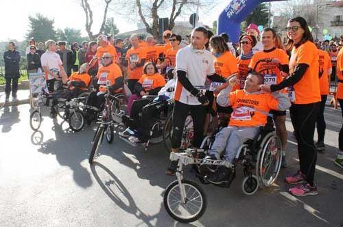 Una domenica di corsa sulle ruote: la Mezza Maratona di Barletta e la storia degli spingitori