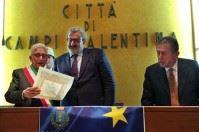 Campi Salentina, fascia di sindaco onorario a Michele Emiliano