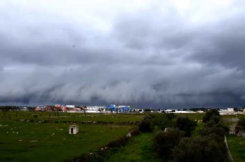 Salento, una shelf cloud saluta l'inverno