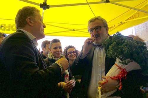 Coldiretti gli regala un mazzetto di prezzemolo, Michele Emiliano lo porta in consiglio regionale