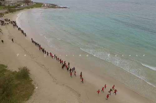 """""""No"""" alle trivelle: flash mob sulla spiaggia di Porto Cesareo"""