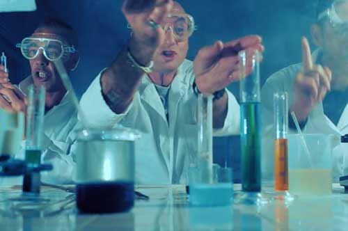 """Sud Sound System, scienziati pazzi e docenti folli per """"La megghiu medicina"""""""