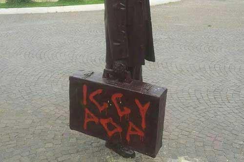 Foggia, statua del viaggiatore e San Francesco imbrattati da facinorosi