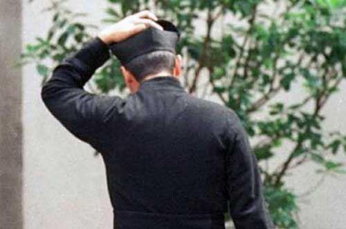 """Stalking e ingiurie verso il parroco, fedele troppo """"fedele"""" interdetta dalla chiesa"""