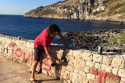 Moletta e olio di gomito, a Tricase l'assessore pulisce le scritte vandaliche