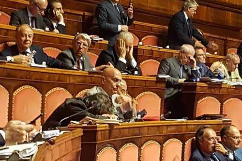Camera…da letto, il senatore Azzollini colto in un riposino