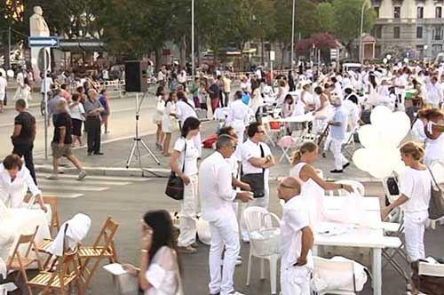 Cena in bianco, a Bari 2000 a tavola tra polemiche e unità speciali anti-terrorismo