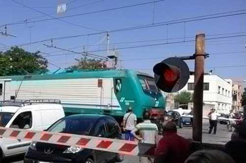 Mesagne, auto tra le sbarre ferroviarie: momenti di tensione
