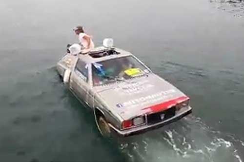 Taranto, c'è una Maserati nelle acque del porto