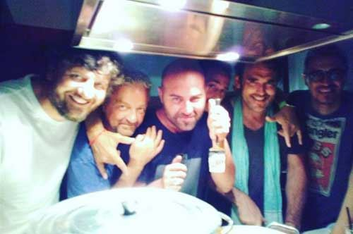 Selfie in cucina: ai fornelli Giuliano Sangiorgi e Matt Dillon