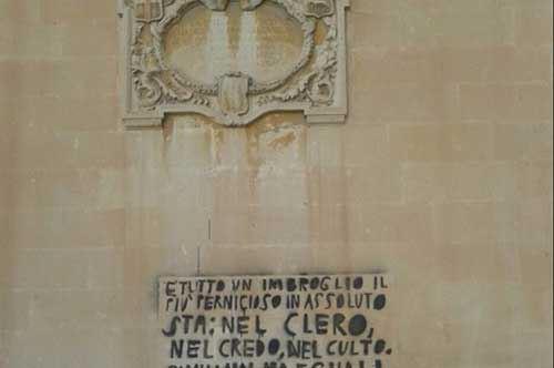 Lecce,  i vandali deturpano il Duomo: Perrone li censura su Facebook