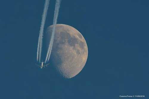 Scatto da copertina…a Copertino: l'aereo passa davanti alla luna