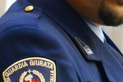 Foto in divisa su Facebook, licenziata guardia giurata a Taranto