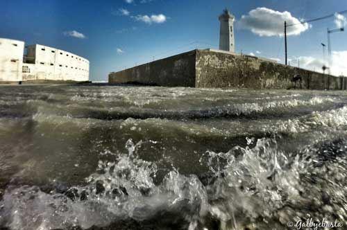 Il faro di San Cataldo diventa un'isola: le foto