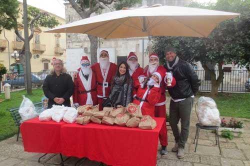 """Altruismo sotto l'albero, a Fasano ecco il """"pane della solidarietà"""""""