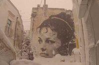 La neve imbianca la street art di Castellaneta: il video