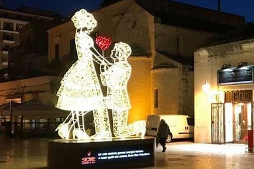 Bari, inaugurata l'installazione per gli innamorati