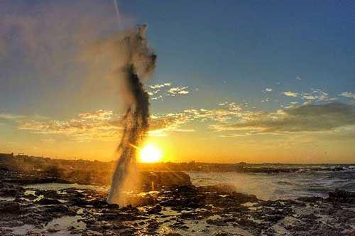 """Effetto """"geyser"""" e vento, il mare emoziona a Roca"""