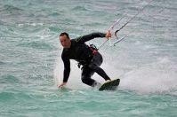 Porto Cesareo, vento d'estate: kitesurfers e windsurfers all'opera