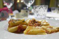 Paccheri con polpo e patate croccanti su purea di fave