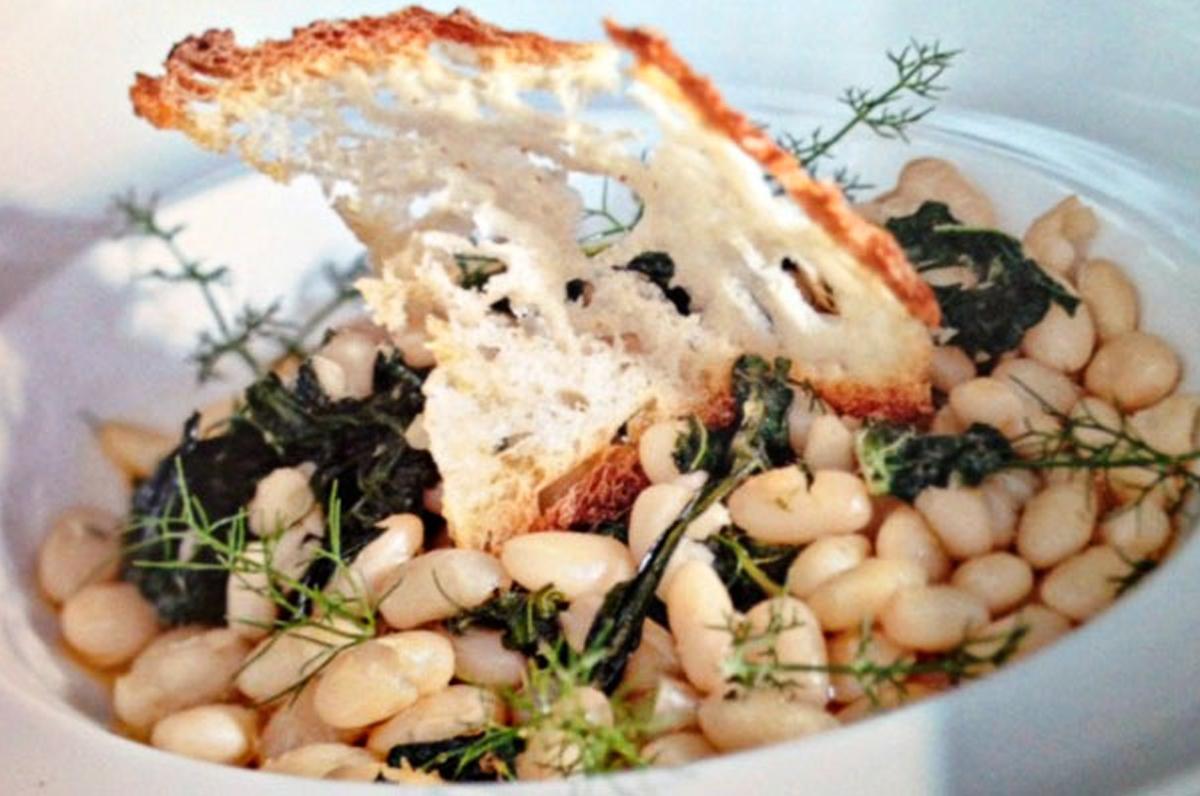 Fagioli con erbe spontanee su crostini di pane