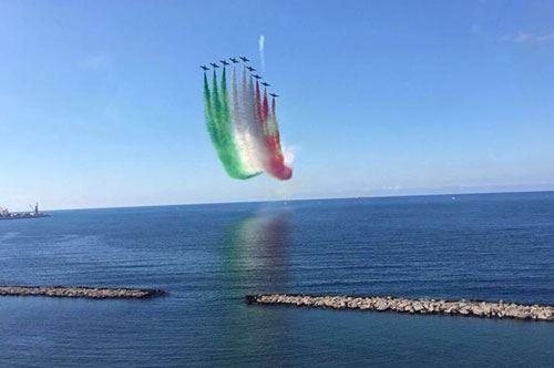 San Nicola, lo spettacolo delle Frecce Tricolori sul cielo di Bari
