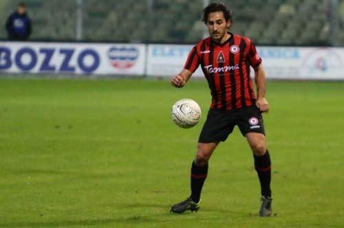 Foggia Calcio, capitan Agnelli trascorre le vacanze sulla mietitrebbiatrice