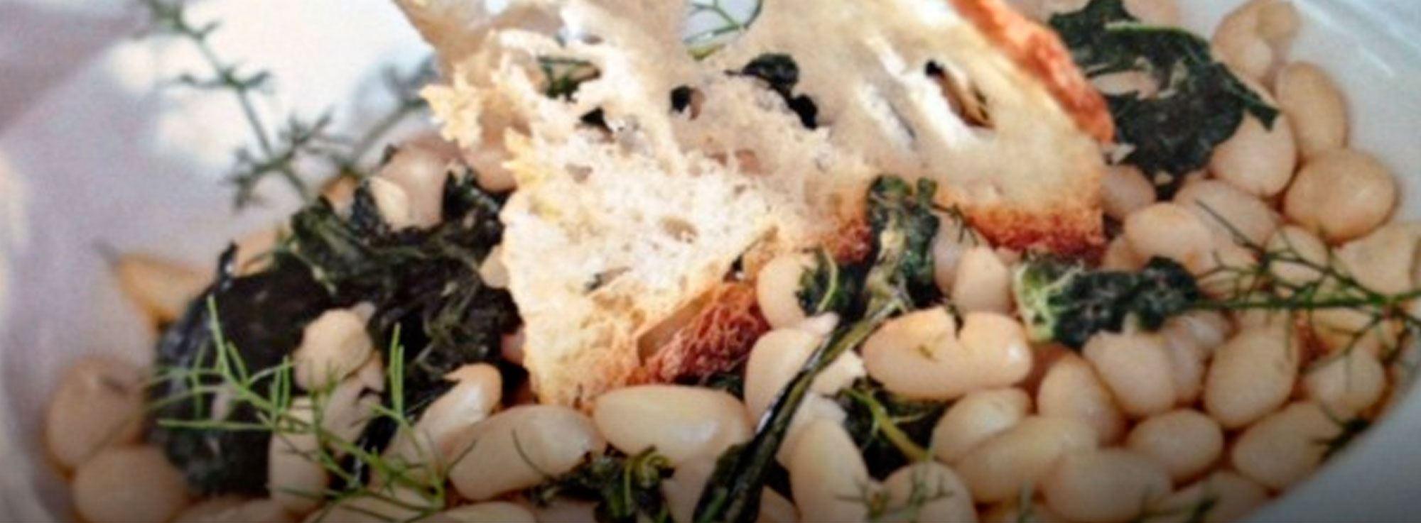 Ricetta: Fagioli con erbe spontanee su crostini di pane