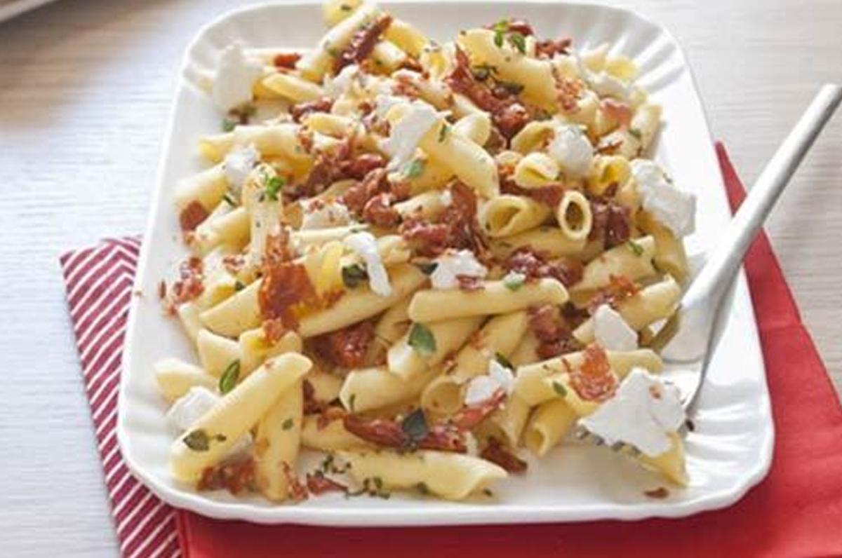 Garganelli freddi con burrata e pomodorini secchi