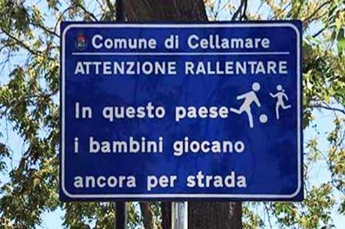 Cellamare, il cartellone che difende i giochi per strada dei più piccoli
