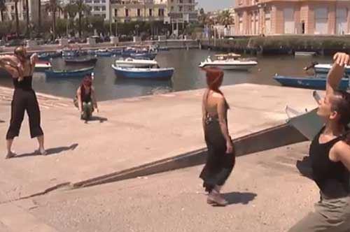Danzatori sul Molo di San Nicola a Bari, arte e musica in un luogo d'eccezione
