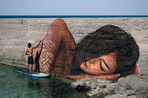 Punta Prosciutto, la donna adagiata sul mare del writer Hula
