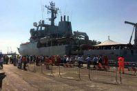 Migranti, 640 sbarcano a Bari su una nave militare: grande accoglienza e solidarietà