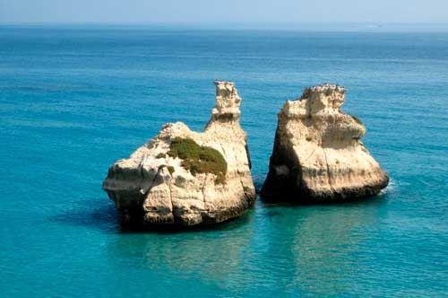 La leggenda dei faraglioni di Torre dell'Orso in Puglia, nati da due sorelle
