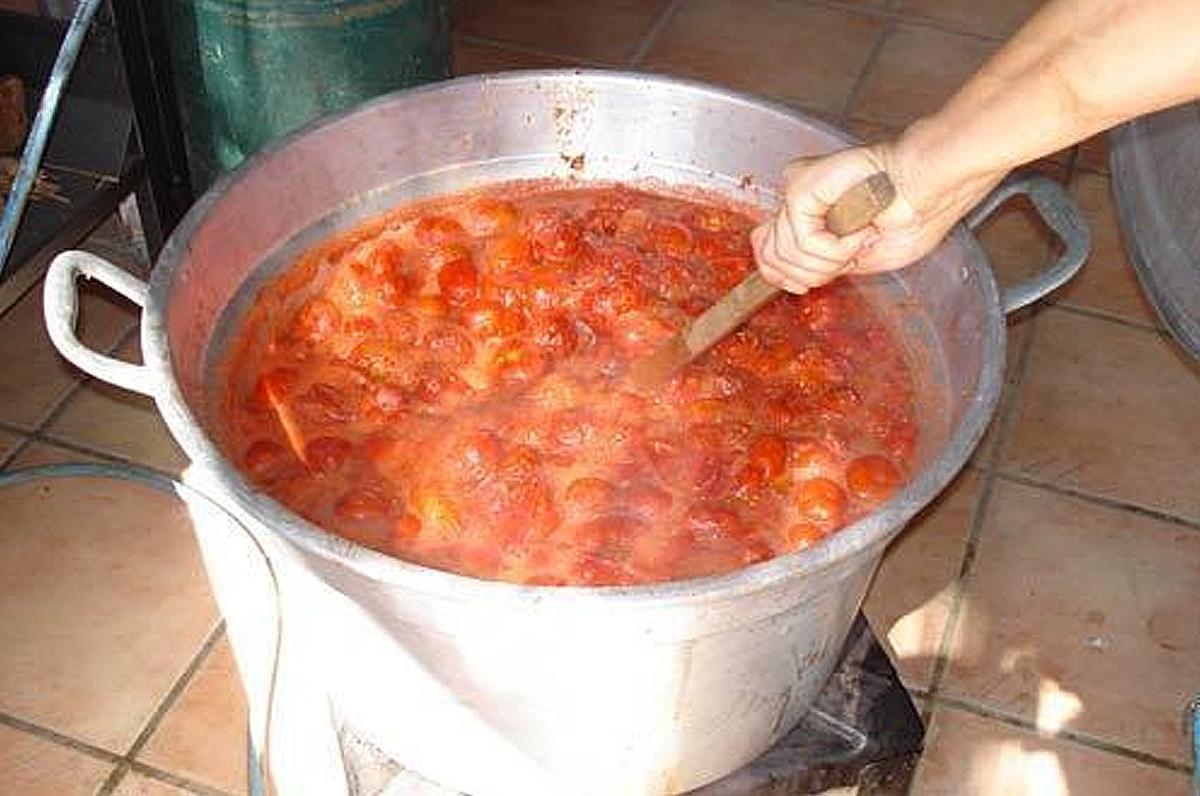 Fare le bottiglie in casa in Puglia tradizioni che resistono nel tempo