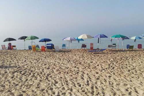 Prime file in spiaggia? Turista rompe gli schemi a San Pietro in Bevagna