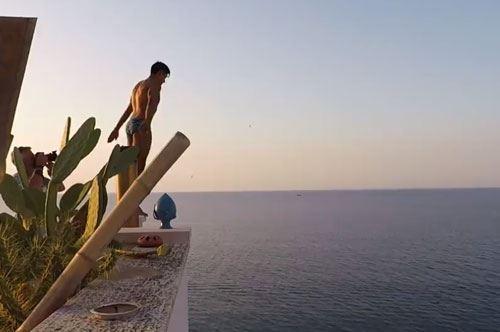 Nuovo spot di Red Bull Cliff Diving dopo il tuffo dal balcone a Polignano