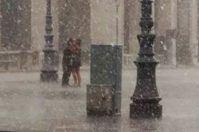 Bacio sotto il diluvio a Lecce nella piazza deserta, quadro impressionista