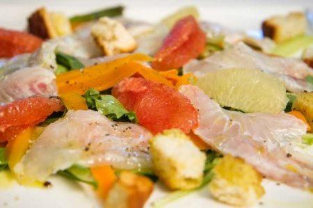 Cialda gustosa e sana con agrumi e carpaccio di Gallinella