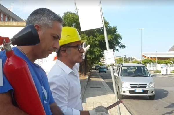 Cittadino interviene per raddrizzare un palo della segnaletica a Bari